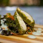 Pollo horneado en corteza de Wheatgrass con mix de ensaladas